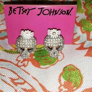 Betsy Johnson skull Studs